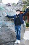 董子健曬麗江旅遊照被網友調侃標準遊客